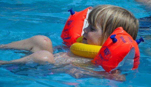 Dziecko podczas lekcji pływania
